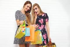 运载购物袋,在白色背景的美丽的青少年的女孩 美丽的夫妇跳舞射击工作室妇女年轻人 儿童有父亲的乐趣一起使用 免版税库存照片