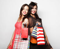 运载购物袋,在白色backgro的美丽的青少年的女孩 免版税图库摄影