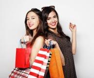 运载购物袋,在白色backgro的美丽的青少年的女孩 免版税库存照片