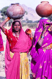 运载水的夫人刺激, Jaisalmer,印度 免版税库存照片