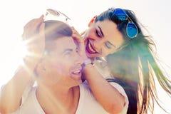 运载他的女朋友肩扛的快乐的英俊的人 免版税库存图片