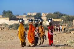 运载水的妇女在拉贾斯坦 免版税库存图片