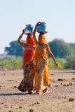 运载水的妇女在拉贾斯坦 免版税图库摄影