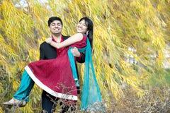 运载他的新娘的年轻印地安人 库存照片
