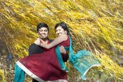 运载他的新娘的年轻印地安人 免版税库存图片