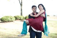 运载他的未婚夫的年轻愉快的印地安人 库存图片