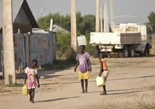 运载水,南苏丹的孩子 免版税库存图片