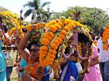 运载Kavadies的献身者在一个印度节日 免版税库存图片