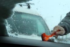 运输、冬天、天气、人和车概念-供以人员从汽车的清洁雪有刮板的 在人` s的洗气器 免版税图库摄影