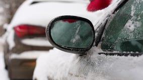 运输、冬天、天气、人和车概念-在生存房子里供以人员从汽车的清洁雪有刷子的 股票视频