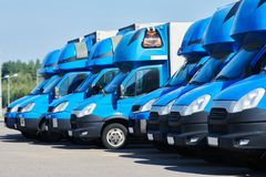 运输业务公司 在行的商业送货车 库存图片
