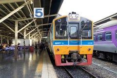 运输从不同的城市的人的泰国活动火车 库存图片
