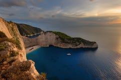 运输击毁海滩和Navagio海湾在日落 扎金索斯州,希腊海岛最著名的自然地标在爱奥尼亚海 免版税库存图片