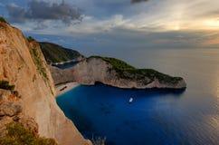 运输击毁海滩和Navagio海湾在日落 扎金索斯州,希腊海岛最著名的自然地标在爱奥尼亚海 图库摄影