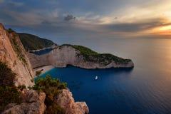运输击毁海滩和Navagio海湾在日落 扎金索斯州,希腊海岛最著名的自然地标在爱奥尼亚海 库存照片