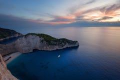 运输击毁海滩和Navagio海湾在日落 扎金索斯州,希腊海岛最著名的自然地标在爱奥尼亚海 免版税图库摄影