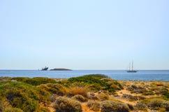 运输击毁`诺尔兰`并且乘快艇, Diakofti Kythera,希腊 免版税库存照片