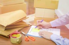 运输卖在网上购物事网上电子商务的交付和命令概念 免版税图库摄影