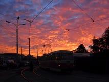 运输台车,日落时间 黑暗的街道灯笼,有电车轨道的电车 免版税图库摄影