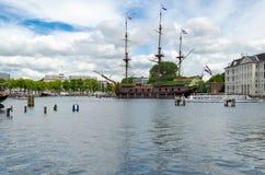 运输名为阿姆斯特丹的18世纪货船的复制品 免版税库存照片