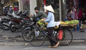 运输和卖香蕉的摊贩 免版税图库摄影