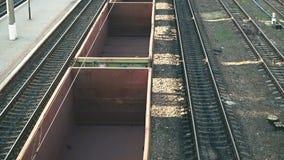 运输和后勤背景 在火车货物运输平台的空的货物无盖货车 影视素材