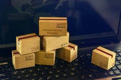 运输和网上购物的概念:包装的cardbo 免版税库存图片