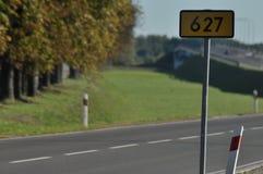 运输和路线 在街道上的汽车 免版税库存照片