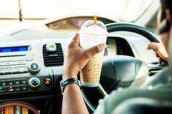 运输和车概念-供以人员饮用的咖啡,当d时 免版税库存照片