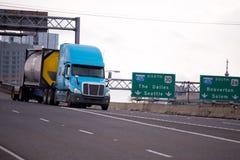 运输在一辆特别拖车的现代半卡车化学制品 免版税库存图片