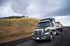 运输在加利福尼亚路的半平床卡车木材货物 库存照片