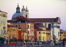 运输在卡纳莱重创,美好的建筑学和长平底船在威尼斯 免版税库存照片