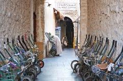 运输在多哈卡塔尔老souk的独轮车  库存图片