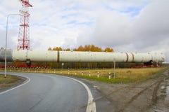 运输在途中的分裂蒸馏塔对一家石油化工厂 整流的设备 免版税库存图片