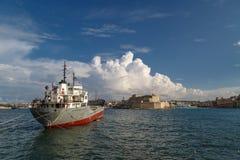 运输在马耳他海岸的看法 免版税库存照片