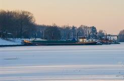 运输在冻海冰封冰雪港口太阳捉住的小船 免版税库存照片