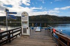 运输在Millstatt湖的驻地秋天的 Millstatt上午镇看见,奥地利 库存照片