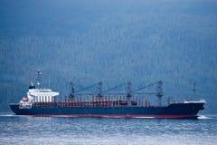 运输堆新近地被收获的日志的船 库存图片
