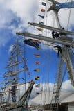 运输帆柱和蓝天与白色云彩 库存照片