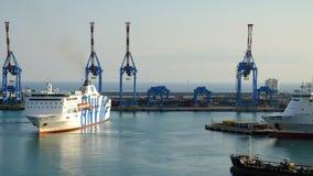 运输并且端起在港的起重机热那亚,意大利- 24 04 2017年 图库摄影