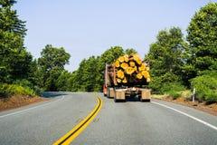 运输日志的卡车在雷丁,加利福尼亚附近 图库摄影