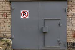 运输有标志的停车库门 免版税库存照片