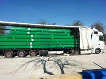 运输木材-被包装的板条的卡车 免版税图库摄影