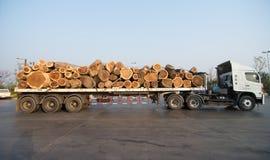 运输木头的大卡车 免版税库存照片
