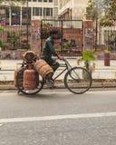 运输气体罐的人在德里 免版税库存图片