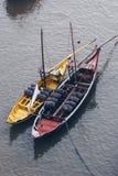 运输波尔图的黄色和红色小船顶视图喝酒,葡萄牙 免版税库存照片