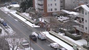 运输流量鸟瞰图和在冷的飞雪的不高公寓下雪 股票视频