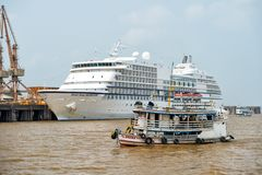 运输漂浮在海和世界七大洋导航员巡航划线员 免版税图库摄影