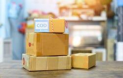 运输电子商务购物和在网上命令概念的货到付款-包装的纸板箱准备小包对送货服务 免版税图库摄影