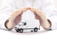 运输白色van手的保护的car 库存图片